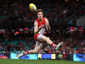 GARY ROHAN of the Swans marks during the AFL match between the Sydney Swans and the Gold Coast Suns at SCG in Sydney, Australia.