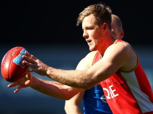 LUKE PARKER catches a pass during a Sydney Swans AFL training session at SCG in Sydney, Australia.