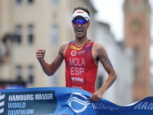 MARIO MOLA of Spain celebrates first place at the Hamburg Wasser ITU World Triathlon Championships 2018 in Hamburg, Germany.