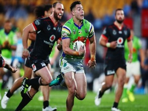 NICK COTRIC of the Raiders makes a break to socre a try during the NRL match between the New Zealand Warriors and the Canberra Raiders at Mt Smart Stadium in Auckland, New Zealand.